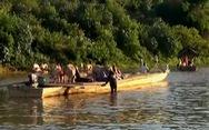 Heo lậu đi thuyền vượt biên qua sông vào Quảng Trị