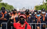 Thái Lan dọa 'xử' người gắn bảng 'đất nước thuộc về dân', thách thức hoàng gia