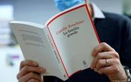 Sách tiết lộ loạn luân gây 'bão' ở Pháp, tổng thống phải lên tiếng