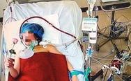 Bác sĩ cứu sống mẹ con sản phụ mắc COVID-19 nặng và tặng hoa 20-10