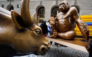 Bò tót nổi tiếng Phố Wall có hàng xóm mới là khỉ đột nổi tiếng không kém