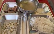 Phụ huynh chụp hình 'bữa trưa thiếu chất' của lớp 2, nhà trường nói 'do cá đắt'
