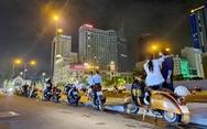 Đêm Sài Gòn sau mưa với 'cà phê đứng', 'cà phê yên xe' và... sinh nhật vỉa hè