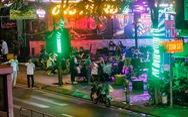 Sau 22h, karaoke vẫn 'thi thố' sát UBND phường, đường Phạm Văn Đồng vẫn 'xập xình'
