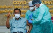 Thủ tướng Hun Sen tiêm vắc xin AstraZeneca do Ấn Độ tài trợ
