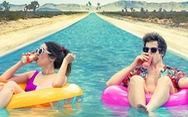 Palm Springs: Cười và tự vấn giữa thế gian buồn bã