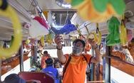 Xe buýt treo đầy thú bông đưa người Sài Gòn về với tuổi thơ