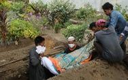 Phu đào huyệt Ấn Độ làm việc 24 giờ một ngày