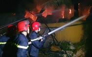 Cháy 3 tiếng không dập nổi lửa tại Huế, chủ tịch UBND tỉnh đến hiện trường chỉ đạo