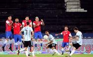 Messi sút phạt 'siêu đẳng' mở tỉ số, Argentina vẫn bị cầm hòa ngày ra quân