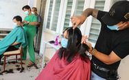 Tất bật chống dịch, y bác sĩ 'nhẹ người' khi được cắt tóc ngay bệnh viện