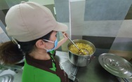 Nữ giám đốc vào bếp 'tiếp sức' mỗi ngày 250 suất cơm cho 'chiến sĩ chống dịch' ở Gò Vấp