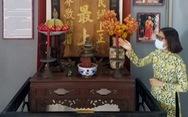 Bàn thờ Bác Hồ và câu đối của nhà sư