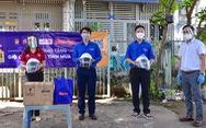 Nhiều quà tặng hỗ trợ các khu dân cư bị phong tỏa, người lao động khó khăn