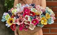 Ở nhà mùa dịch khéo tay thêu thùa khẩu trang, bông hoa lạ mắt