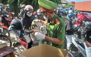 Lữ khách qua Bình Phước được 'tiếp' thức ăn, nước uống miễn phí để về Tây Nguyên