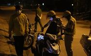 Nam công nhân về thăm vợ mang thai, CSGT giữ xe nhưng 'thấy thương' nên chở về