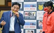 Thị trưởng Nhật xin lỗi và xin bồi thường vì cắn huy chương của nữ VĐV