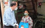 Phó bí thư Thành ủy TP.HCM thăm và tặng quà người dân khó khăn