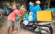 Võ sư 1 chân chở cơm khắp các nẻo đường phát cho những người nghèo thành phố