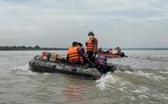 Chạy xuồng hơi đến tặng quà cho người dân làng chài ven sông Hồng