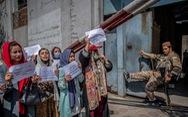 Taliban không cho phụ nữ đặt chân tới trụ sở công quyền