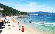 Khách Hàn đổ về  phố biển