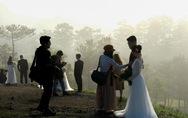 Cả trăm cô dâu chú rể mỗi sáng tìm về 'đồi uyên ương' Đà Lạt