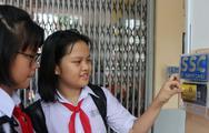 Học sinh hào hứng với quẹt thẻ điểm danh đầu ngày