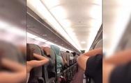 Hành khách hoảng sợ chắp tay cầu nguyện trên máy bay Vietjet