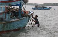 Dân xã đảo duy nhất của Sài Gòn đội mưa gió ra kiểm tra tàu thuyền