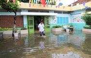 Mưa dứt 1 ngày, trường học ở TP.HCM vẫn mênh mông nước