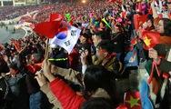 Clip CĐV vây quanh xe thầy trò HLV Park Hang Seo