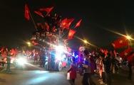 LIVE: Người hâm mộ đang đổ xuống đường ăn mừng chiến thắng