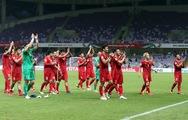 Cầu thủ cùng CĐV VN ăn mừng sau chiến thắng trước Yemen