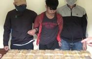 Video: Bắt giữ hai người nước ngoài mang 100.000 viên ma túy vào Việt Nam