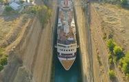Video: Hành khách nín thở nhìn con tàu vượt qua kênh đào Corinth