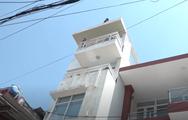 Video: Thanh niên nghi 'ngáo đá' leo lên nhà dân quậy phá