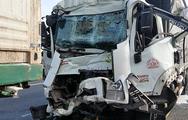 Video: Xe tải đâm xe container trên cao tốc, tài xế kẹt cứng trong cabin
