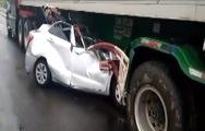 Video: Ôtô 4 chỗ đâm vào gầm container, 2 người tử vong