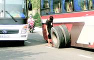 Video: Xe chở khách du lịch rớt 2 bánh giữa đường