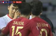 Video Thành Chung 'chỉ mặt' cầu thủ Indonesia sau khi Trọng Hoàng bị phạm lỗi