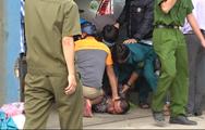 Video: Người đàn ông tự dí dao vào cổ cố thủ trong nhiều giờ