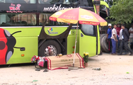 Video: Chui gầm xe khách thay bầu hơi, một phụ xe chết thảm