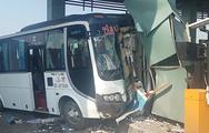 Video: Ô tô 29 chỗ đâm nát 2 cabin trạm thu phí, nhiều hành khách bị thương