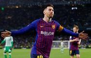 Hat-trick thứ 33 của Messi giúp Barca tiến sát ngôi vô địch