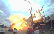 Video trạm xăng phát nổ thổi bay mái che như trong phim