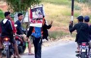 Video: Người đàn ông đi... lùi 700km để kêu gọi bảo vệ rừng