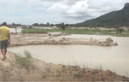 Video: 8 em học sinh tắm ở hồ Soài Chek, 3 em chết đuối