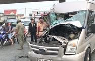 Video: Xe 16 chỗ bị tông nát đầu, rớt bánh trên xa lộ Hà Nội